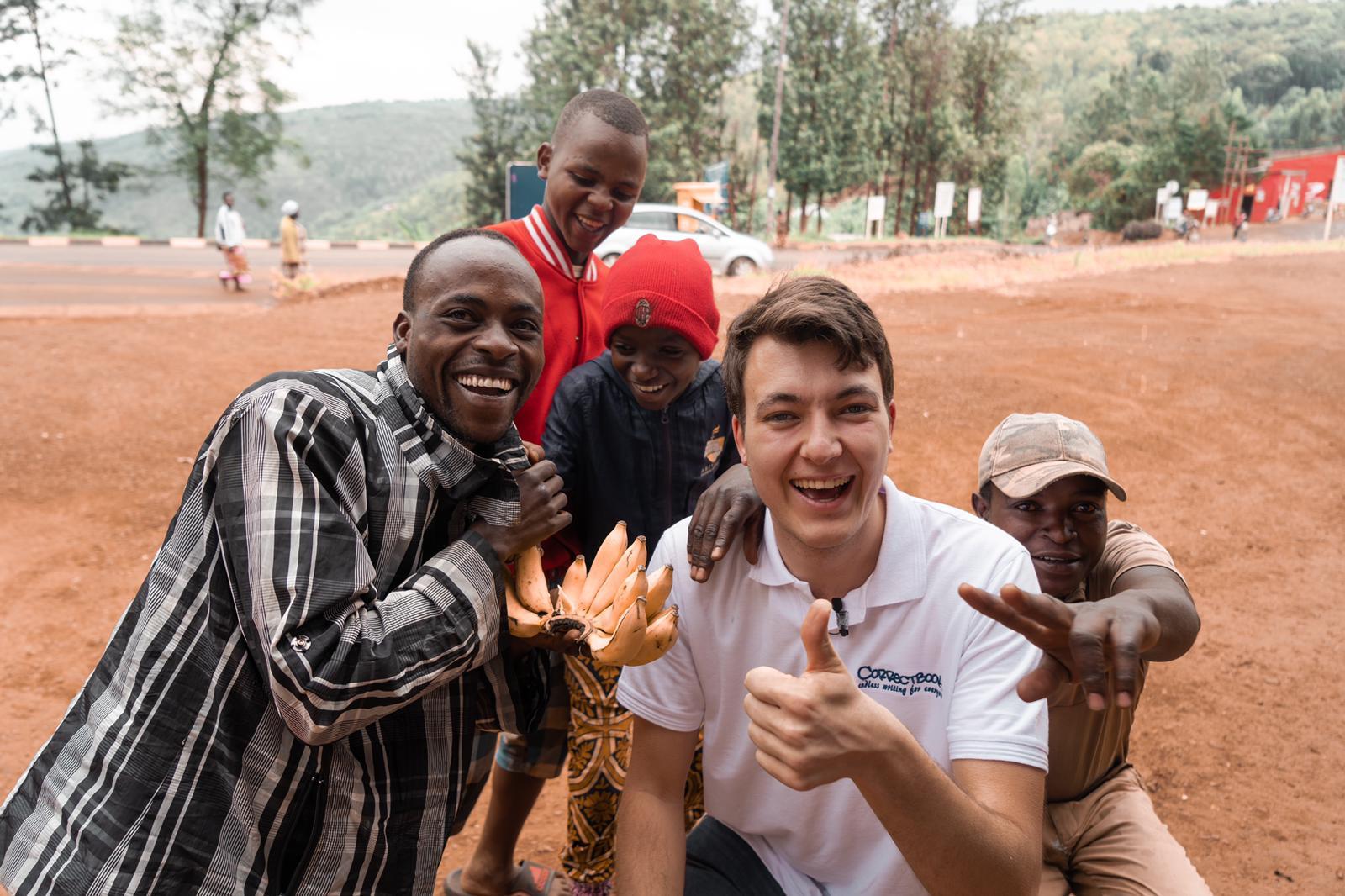 Oprichter Sam reist naar Afrika met eindeloos notitieboek voor een betere wereld